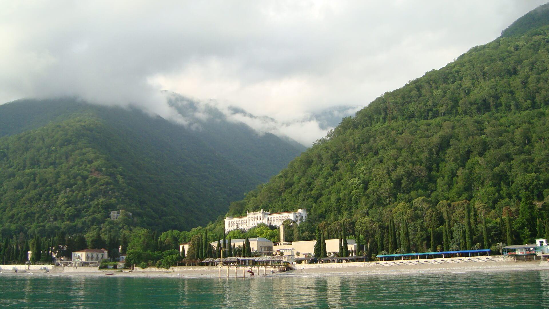 Теплое море и чистый пляж – прекрасная Абхазия